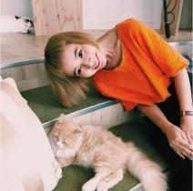 【エンタがビタミン♪】三戸なつめ、首をかしげると前髪は? 猫と戯れる姿に新たな発見