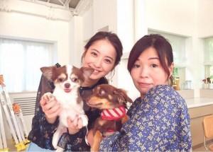 【エンタがビタミン♪】佐々木希&大久保佳代子のレアショット 愛犬と一緒に番組ロケに参加