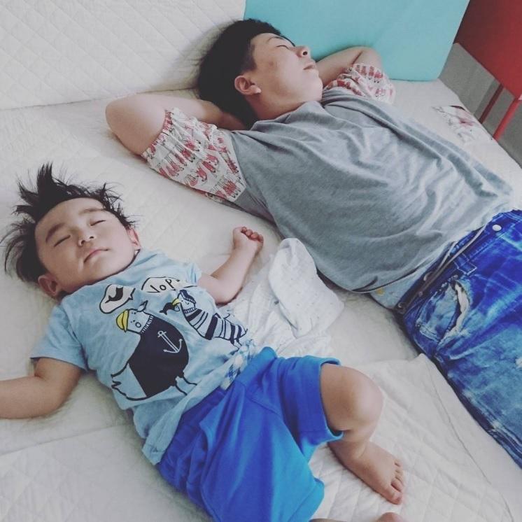 【エンタがビタミン♪】大島美幸、親子のお昼寝ショットが「お父さんと息子みたい」
