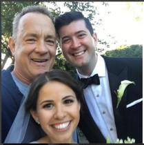 【イタすぎるセレブ達】トム・ハンクス、ジョギング中にカップルのウエディング撮影に飛び入り参加!
