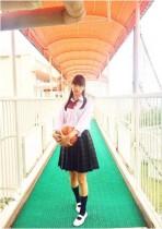 """【エンタがビタミン♪】山本美月が""""女子高生""""スタイル バスケボール持つ姿に「惚れてまうやろー」"""