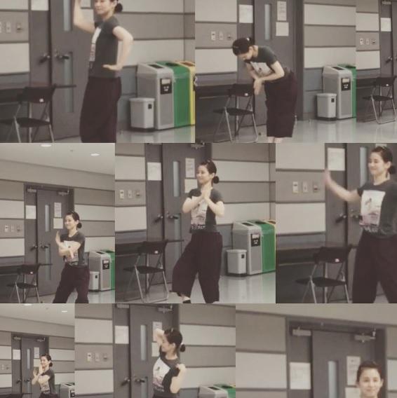 撮影の合間にダンスを練習していた石田ゆり子(出典:https://www.instagram.com/yuriyuri1003)