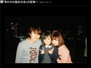 Fukase&益若つばさに挟まれる重本ことり(出典:http://ameblo.jp/shigemoto-kotori)