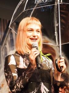 アリソン・スドルからは魔法の傘のプレゼント