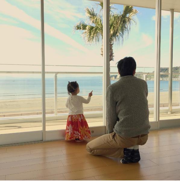 フラダンス教室での娘に和むアンガ山根(出典:https://www.instagram.com/ungirls_yamane)
