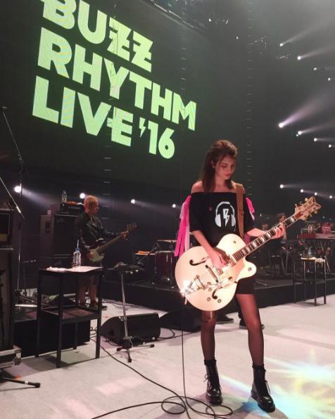 『バズリズム LIVE 2016』でギターを手にするマギー(出典:https://www.instagram.com/maggymoon)