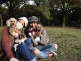 【エンタがビタミン♪】佐々木希&大政絢 愛犬たちと幸せな休日 無防備な姿に「バレないの?」