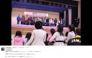 小学生たちからAKB48へ歌のプレゼント(出典:https://twitter.com/ooyachaaan1228)