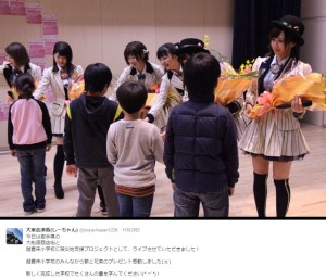 サプライズで花束を贈られるAKB48(出典:https://twitter.com/ooyachaaan1228)