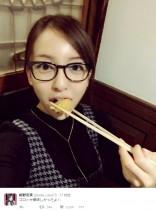 【エンタがビタミン♪】板野友美、めがね姿でコロッケ食べるレアショットに「こういうツイート嬉しい」