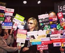 """【エンタがビタミン♪】YOSHIKI、香港での""""囲み取材""""に驚く ファンも「よっちゃん埋もれてる!」"""