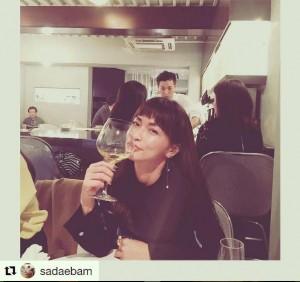 ワイングラスを手にご機嫌な長谷川京子(出典:https://www.instagram.com/kyoko.hasegawa.722)