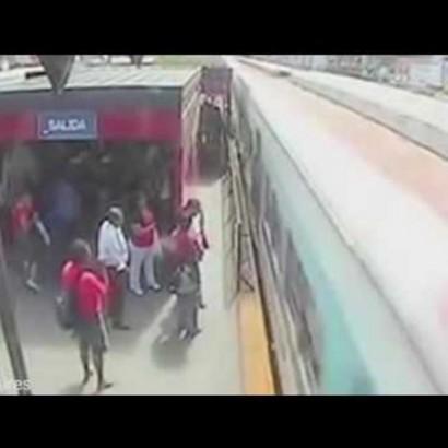 【海外発!Breaking News】命がけの無賃乗車 線路に置き去りにされた娘の上に電車が…(アルゼンチン)