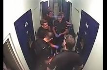 【海外発!Breaking News】警察官が閉めた鉄の扉に挟まれた男性 指3本を失う<動画あり>