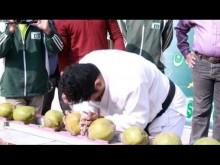 【海外発!Breaking News】1分間に43個のココナッツを頭でかち割る! パキスタンの男性『ギネス世界記録』に<動画あり>
