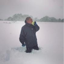 【エンタがビタミン♪】あばれる君、大雪のなかキャベツまるかじり 暴れっぷりに「ワイルドすぎる!」