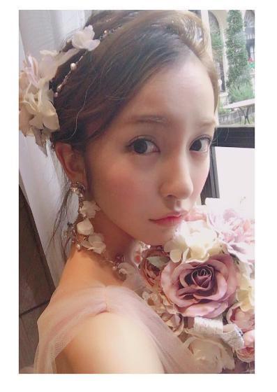 板野友美に「素敵! 将来このドレス着たい」女性ファンの声も(出典:https://www.instagram.com/tomo.i_0703)