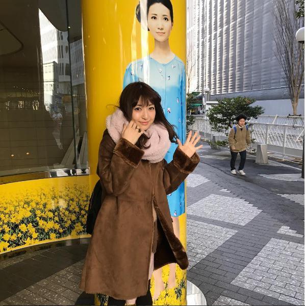 神田沙也加と柱に描かれた夢咲ねね(出典:https://www.instagram.com/sayakakanda)