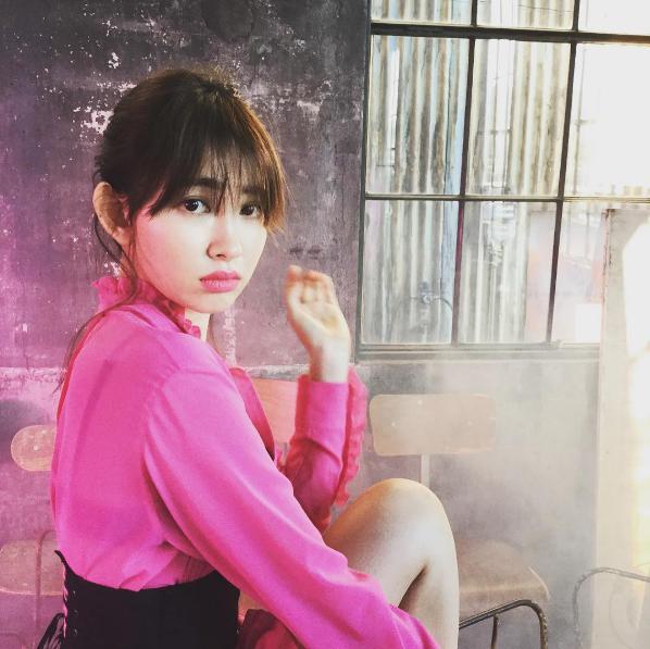 『sweet』3月号に登場する小嶋陽菜(出典:https://www.instagram.com/kayoko_watanabe)