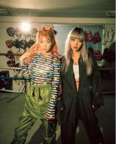 【エンタがビタミン♪】仲里依紗、DNCEのギターガールと2ショット 「奇抜なファッション」で存在感