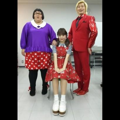 【エンタがビタミン♪】メイプル超合金&藤田ニコル、家族写真風3ショットに「この家族めっちゃ楽しそう」