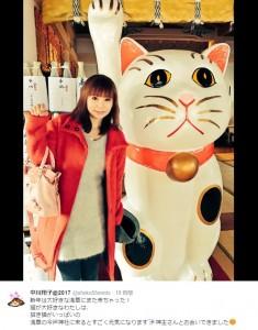 しょこたんと浅草・今戸神社の招き猫(出典:https://twitter.com/shoko55mmts)