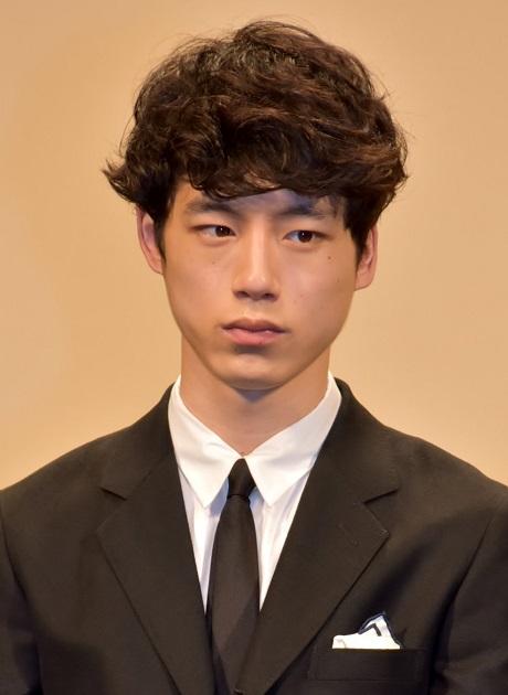 金髪にする前の坂口健太郎「洗った後は自然乾燥」と述べていたものの…