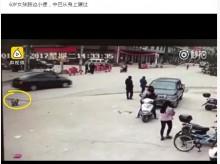 親に非難殺到 道路で排尿していた6歳女児、マイクロバスに轢かれ死亡(中国)
