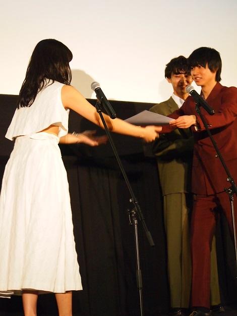 川口春奈から山崎賢人に記念証書の授与