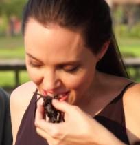 【イタすぎるセレブ達】アンジェリーナ・ジョリー、タランチュラを料理し子供達とパクリ