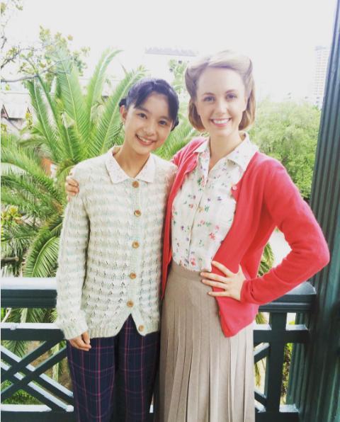 芳根京子とシャーロット(出典:https://www.instagram.com/charlottekatefox)