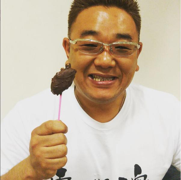 """""""心臓""""チョコを手に微笑むサンド伊達(出典:https://www.instagram.com/toriimiyukitorii)"""
