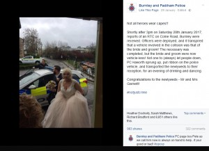 【海外発!Breaking News】事故に巻き込まれ立ち往生のカップル 警察官がパトカーにピンクのリボンをつけて披露宴会場へ送り届ける(英)