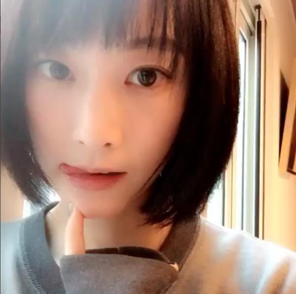 舌ペロする松井玲奈(出典:https://www.instagram.com/renamatui27)