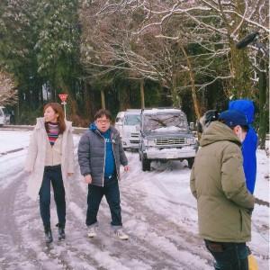 雪の積もるなかお店を探す一行(出典:https://www.instagram.com/risayoshiki0727)