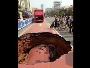 【海外発!Breaking News】中国・南寧市で道路が大きく陥没 路線バス危うく飲み込まれそうに<動画あり>