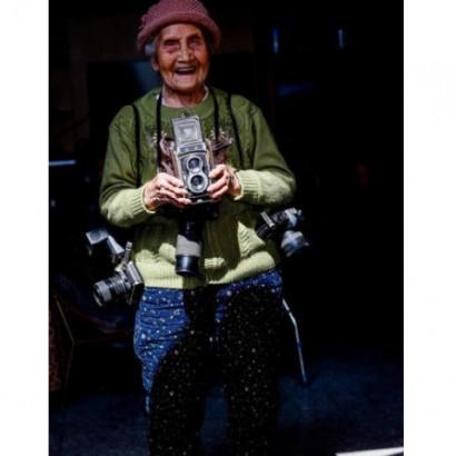 【海外発!Breaking News】105歳の現役女性カメラマン! 重いカメラを持ち歩いて64年(中国)