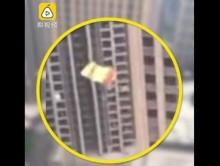【海外発!Breaking News】高層ビルに超お騒がせ男 パラシュート背に屋上からジャンプ(中国)<動画あり>