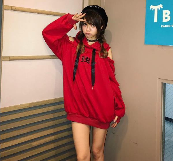 赤いパーカーでキメた田中れいな(出典:https://www.instagram.com/tanakareina.lovendor)