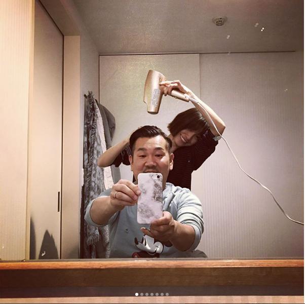 夫のヘアセットをする木下優樹菜(出典:https://www.instagram.com/yuuukiiinaaa)