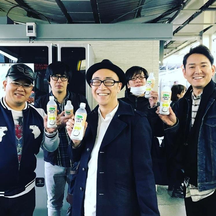 浮かない顔の豊本明長:左から2人目(出典:https://www.instagram.com/akihiro_kakuta)