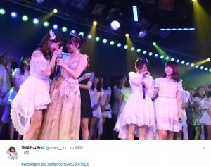 """小嶋陽菜""""AKB48卒業公演""""の一幕(出典:https://twitter.com/chan__31)"""