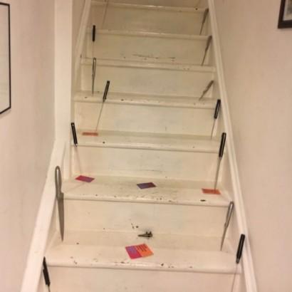 【海外発!Breaking News】階段にナイフが突き刺さる恐怖の館からDV被害者を警察が救出(英)
