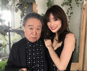 篠山紀信と泉里香:UOMO5月号『美女標本箱』(出典:https://www.instagram.com/rika_izumi_)