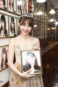 AKB48劇場の肖像写真を外した小嶋陽菜(C)AKS
