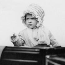 【イタすぎるセレブ達・番外編】英エリザベス女王91歳に 厳格ながらひ孫には甘い一面も