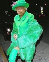 【イタすぎるセレブ達】リアーナ「やり過ぎ」か 英エリザベス女王の写真で悪ふざけ