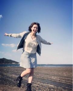 「鬼の洗濯板」で遊ぶ酒井瞳(出典:https://www.instagram.com/s.sakaihitomi)