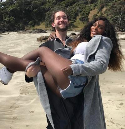 セリーナ・ウィリアムズを必死に抱き上げる婚約者(出典:https://www.instagram.com/serenawilliams)