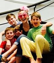 【イタすぎるセレブ達】シャロン・ストーン59歳に 養子3人に囲まれたファミリーショットが素敵